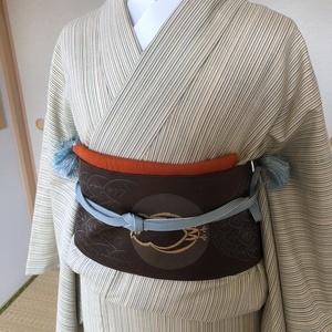 シンプルな縞紬にフクロウの帯でアクセント